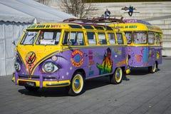 Van Volkswagen T1 som är lyx- (Samba Bus) med en släp, 1966 Arkivfoto