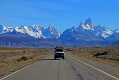 Van voyageant sur la route du parc national de visibilité directe Glaciares, EL Chalten, Argentine photos libres de droits