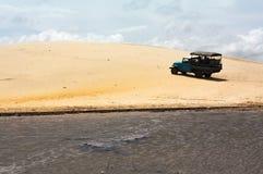 Van weg blauwe vrachtwagen die een zandduin uitgaan Royalty-vrije Stock Afbeeldingen