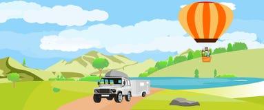 Van wegauto met aanhangwagen, op groen gebied, luchtballon op lucht Stock Fotografie