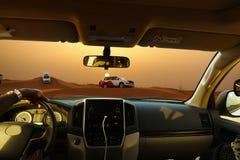Van wegsafari met SUV-voertuigen in de woestijn bij zonsondergang, mening van de auto Stock Foto's