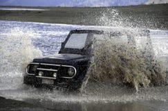 Van wegvoertuig dat een rivier kruist Stock Foto's