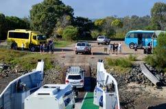 Van wegvoertuigen landingsveerboot op Fraser Island stock afbeelding