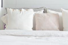 Van witte hoofdkussens die op bed met Engels de stijlbeddegoed van het land plaatsen royalty-vrije stock foto's