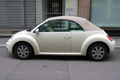 Van witte Volkswagen New Beetle-cabrio Stock Afbeeldingen