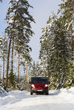 Van, 4x4, управляя на снежной проселочной дороге Стоковая Фотография
