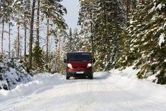 Van, 4x4, jedzie w szorstkim śnieżnym terenie Obrazy Royalty Free