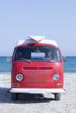 Van z kipieli deską na plaży zdjęcie royalty free