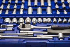Vanadio automobilistico del cromo del kit di utensili in una cassa blu su un fondo bianco fotografia stock