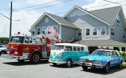 消防车、1966年大众公共汽车Vanagon和在显示的老NYPD普利茅斯警车 库存照片