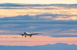 VANCÔVER, BC, CANADÁ - 27 DE JULHO DE 2015: Air Canada A330 na aproximação final para a pista de decolagem 08L de YVR com uns out fotografia de stock