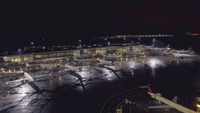 Vancôver, BC, Canadá - 16 de outubro de 2017: Timelapse de partidas do amanhecer no aeroporto internacional YVR de Vancôver, inte filme
