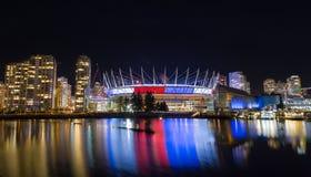 VANCÔVER, BC, CANADÁ - NOVEMBRO 16,2015: Coloque BC, em False Creek, indicando o tricolore francês como uma mostra do apoio dentr foto de stock
