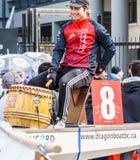VANCÔVER, CANADÁ - 18 de fevereiro de 2018: Homem no barco do dragão na parada chinesa do ano novo no bairro chinês de Vancôver fotos de stock