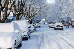 VANCÔVER, CANADÁ - 24 de fevereiro de 2018: Manhã do inverno após uma noite de carros do blizzard da neve na neve Foto de Stock