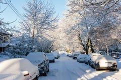 VANCÔVER, CANADÁ - 24 de fevereiro de 2018: Manhã do inverno após uma noite de carros do blizzard da neve na neve Foto de Stock Royalty Free