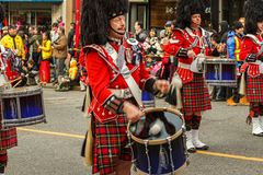 VANCÔVER, CANADÁ - 2 de fevereiro de 2014: março escocês da faixa da tubulação do kilt na parada chinesa do ano novo em Vancôver  imagens de stock royalty free