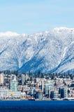 Vancôver Canadá - 18 de fevereiro de 2018: Vancôver norte em Canadá com as montanhas do inverno no fundo Foto de Stock