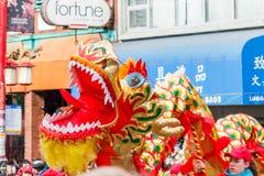 VANCÔVER, CANADÁ - 2 de fevereiro de 2014: Os povos que jogam o dragão dançam pelo ano novo chinês no bairro chinês Fotografia de Stock Royalty Free