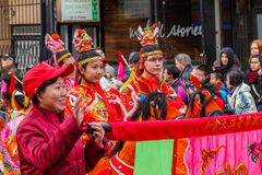 VANCÔVER, CANADÁ - 2 de fevereiro de 2014: Os povos que marcham no ano novo chinês desfilam no bairro chinês de Vancôver Fotos de Stock Royalty Free