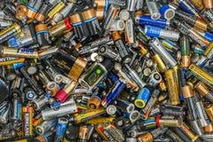 Vancôver, Canadá - 2 de outubro de 2004: Pilha de baterias descartáveis usadas inoperantes do único uso fotografia de stock