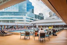 Vancôver, Canadá - 12 de setembro de 2018: Plataforma que janta, navio de Lido de Volendam fotos de stock royalty free