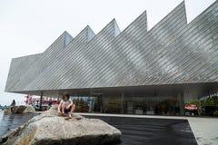 VANCÔVER NORTE, BC, CANADÁ - 9 DE JUNHO DE 2019: O polígono brandnew Art Gallery no cais próximo de Lonsdale imagem de stock