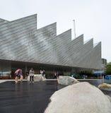 VANCÔVER NORTE, BC, CANADÁ - 9 DE JUNHO DE 2019: O polígono brandnew Art Gallery no cais próximo de Lonsdale fotos de stock royalty free