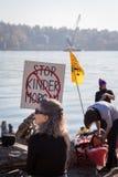VANCÔVER NORTE, BC, CANADÁ - 28 DE OUTUBRO DE 2017: Protestador no parque de Cates que reagrupa contra o encanamento de Kinder Mo fotografia de stock royalty free