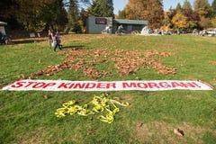 VANCÔVER NORTE, BC, CANADÁ - 28 DE OUTUBRO DE 2017: Proteste sinais no parque de Cates com uma mensagem contra Kinder Morgan fotografia de stock