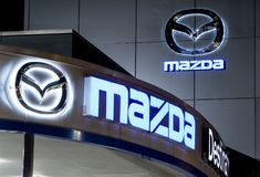 vancouver Канада - 9-ое января 2018: Логотип Mazda на фасаде официального офиса торговца Корпорация Mazda Motor японский автомоби Стоковые Изображения RF