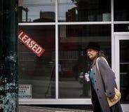 VANCOUVER, AVANT JÉSUS CHRIST, CANADA - 11 MAI 2016 : Une femme marche après un espace au détail nouvellement loué dans Eastside  image stock