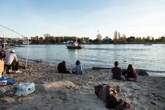VANCOUVER, AVANT JÉSUS CHRIST, LE CANADA - 20 AVRIL 2019 : Un homme sans abri dormant sur la plage au festival 420 à Vancouver image stock