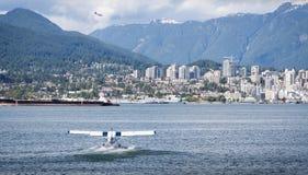 VANCOUVER, BC, CANADA - JUNI 06, 2016: De Otters van Dehavilland van de havenlucht in de Steenkoolhaven van Vancouver ` s stock foto's