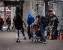 VANCOUVER, BC, CANADA - MEI 11, 2016: Een helemaal te gemeenschappelijke scène van dakloosheid en armoede die de stad in Vancouve royalty-vrije stock foto