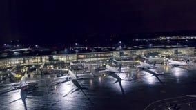 Vancouver, BC, Canada - Oktober 16, 2017: Timelapse van vroege ochtendactiviteit bij de Internationale luchthaven YVR, intern van stock videobeelden