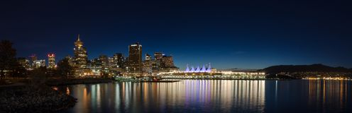 VANCOUVER, BC, CANADA - 12 SEPT., 2015: Van Vancouver en Canada Place van de binnenstad bij nacht, met de binnen bergen van de he royalty-vrije stock foto's