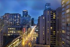 Vancouver BC in die Stadt an der Abend-Blau-Stunde Lizenzfreies Stockbild