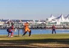 VANCOUVER, BC, IL CANADA - 19 LUGLIO 2015: I giovani giocano il cricket su un campo davanti al posto del Canada fotografie stock