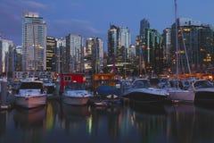 Vancouver-BC im Stadtzentrum gelegene Skyline u. Jachthafen an der Dämmerung Lizenzfreie Stockbilder