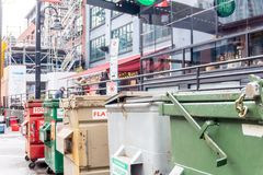 Vancouver BC Kanada - 11/25/18: Industrielle Größenabfallbehälter in Yaletown, Vancouver Einige werden entriegelt Auf der Stra?e lizenzfreie stockfotos