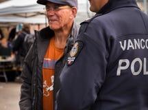 VANCOUVER BC KANADA - 11. MAI 2016: Vancouver-Polizeibeamte, der mit einem Mitglied der Öffentlichkeit sich unterhält stockfotografie