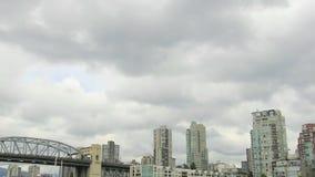 Vancouver BC Kanada mit den Cambie-Brücken-Kondominium-Gebäuden, die Wolken und Wasser-Transport entlang englischer Bucht-Zeitspan stock footage