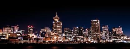 VANCOUVER BC KANADA - SEPT. 12, 2015: Die im Stadtzentrum gelegenen Vancouver-Skyline schossen nachts nahe Krabben-Park auf der O stockbilder