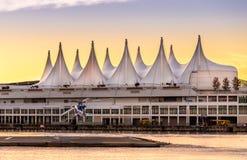 VANCOUVER BC KANADA - SEPT. 12, 2015: EINE BC Sanitätsflugzeughubschrauberlandung auf der Auflage vor Kanada-Platz herein lizenzfreies stockbild