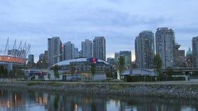 Vancouver BC Kanada z Scenicznym widokiem Biurowe kondominium budynków chmury i Poruszający ruch drogowy wzdłuż Fałszywej zatoczki zbiory