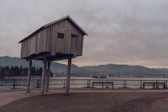 Vancouver, Britisch-Columbia/Kanada - 24. Dezember 2017: Kohlenhafenbucht - Ufergegend herein in die Stadt mit Bergen Lizenzfreie Stockfotografie