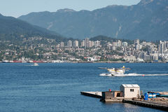 VANCOUVER, BRITISH COLUMBIA/CANADA - AUGUST 14 : Seaplane taxiingin Vancouver on August 14, 2007 stock images