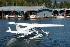 VANCOUVER, BRITISH COLUMBIA/CANADA - AUGUST 14 : Seaplane taxiingin Vancouver on August 14, 2007 royalty free stock photos