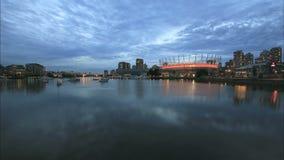 Vancouver A.C. Canadá con la vista escénica de las nubes de los edificios del condominio de la oficina y de los barcos móviles a l metrajes
